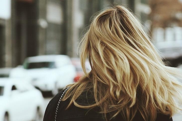 אישה עם שיער בלונדיני מתנפנף