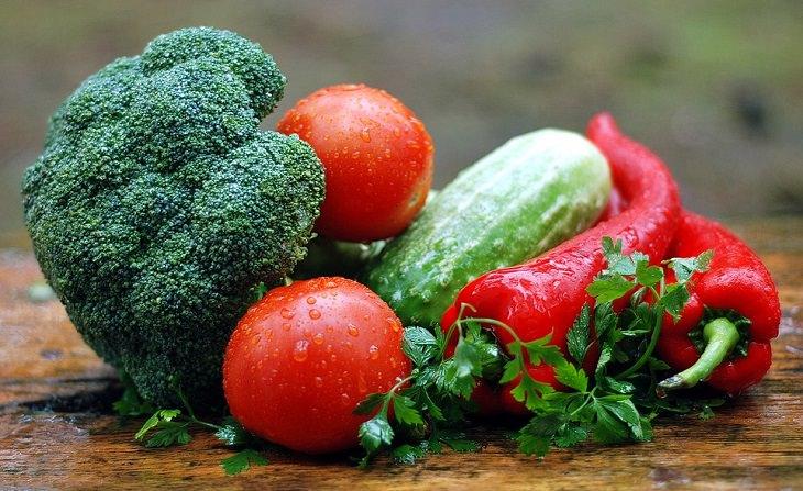ירקות על שולחן