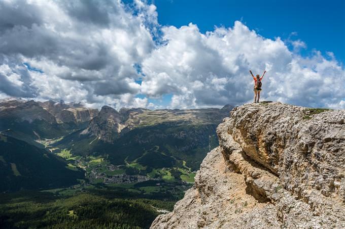 איש עומד על הר