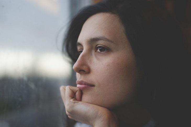 אישה מסתכלת החוצה