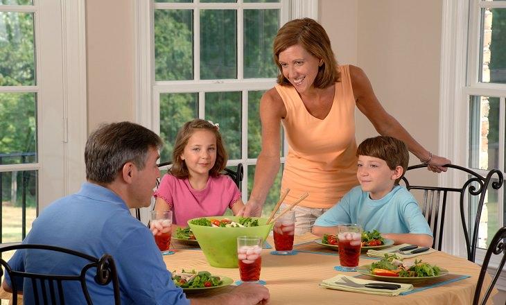 משפחה אוכלת ארוחה ביחד