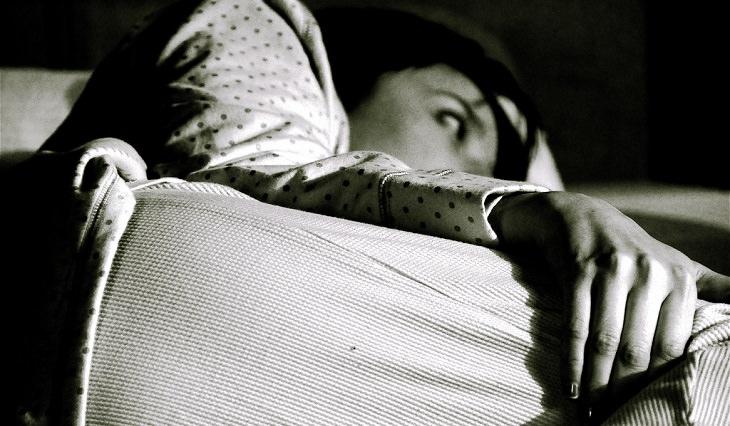 אישה שוכבת ערה במיטה