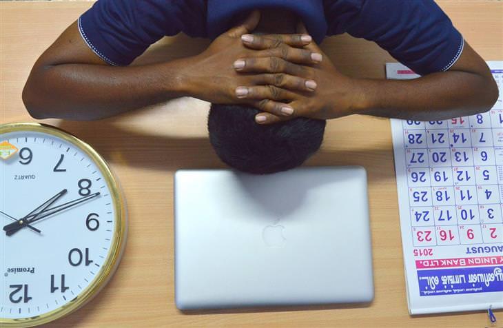 יש שמשכיב את ראשו על שולחן עבודה וידיו מעליו