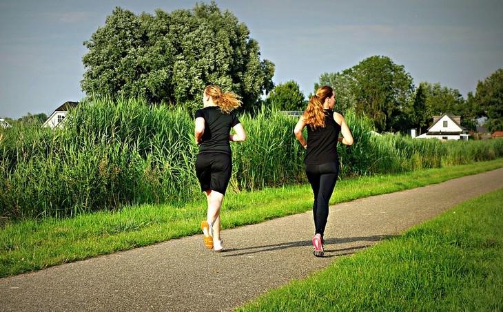 שתי נשים רצות בפארק