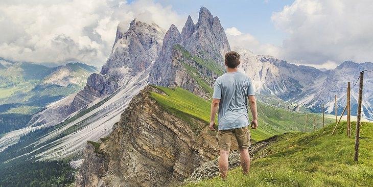 גבר ניצב על הר