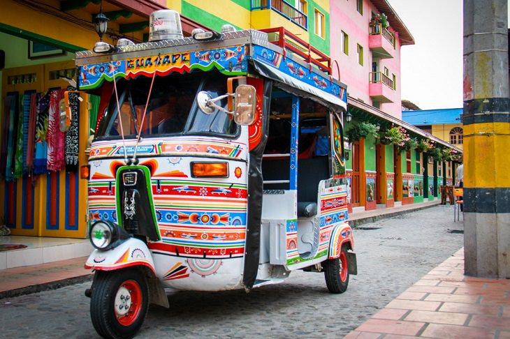 מונית צבעונית בעיר גאווטפה