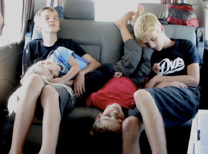 4 ילדים ישנים במושב האחורי של מכונית