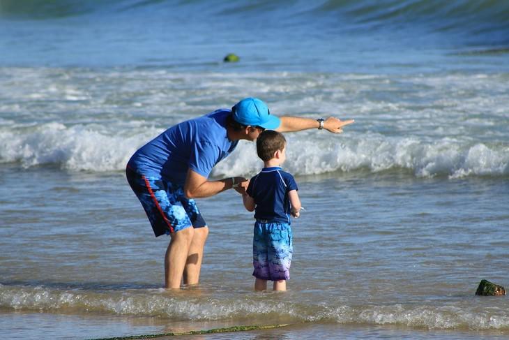 אבא ובן על החוף