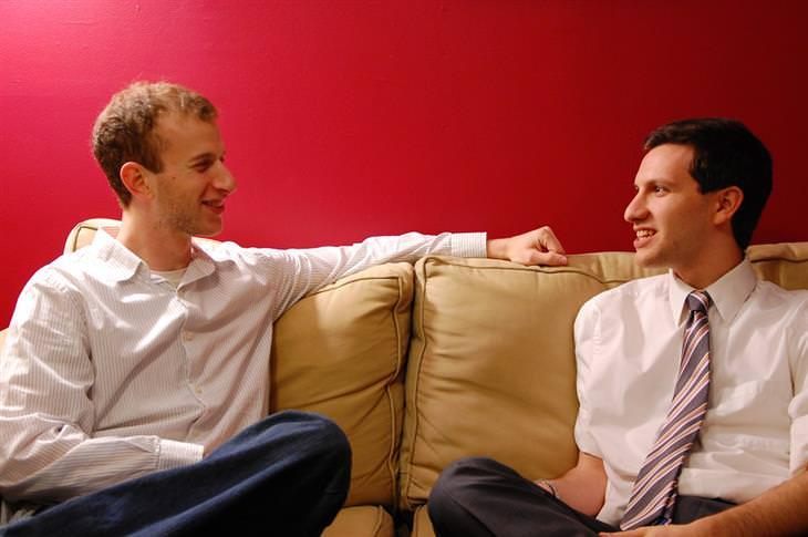 שני גברים על ספה משוחחים ביניהם