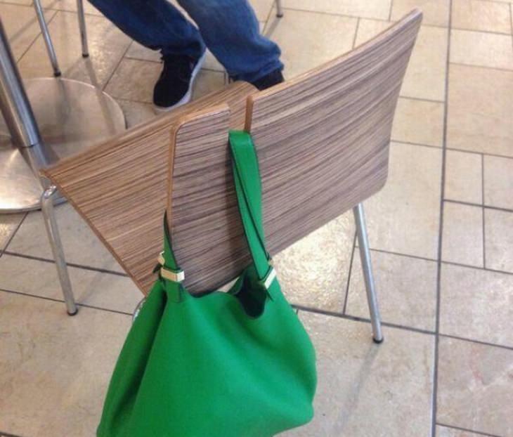 כיסא עם חור ייעודי לתיק צד בחלקו העליון