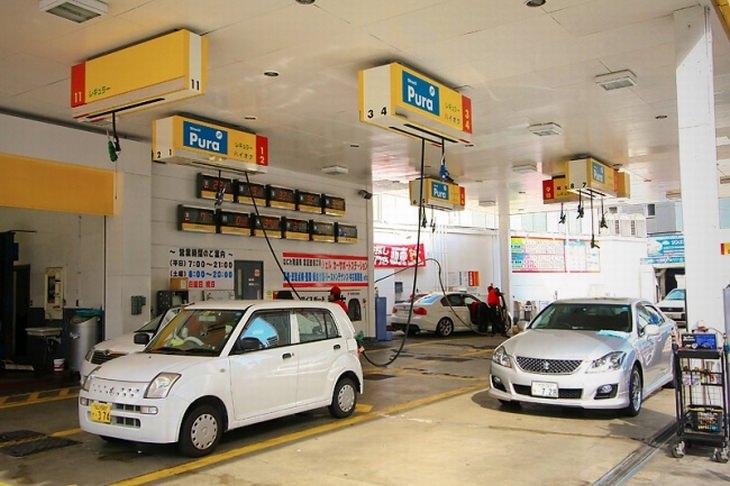 תחנת דלק ביפן עם צינורות תדלוק תלויים מהתקרה