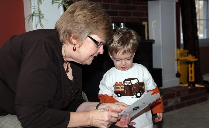 סבתא קוראת מכרטיס לנכד שלה