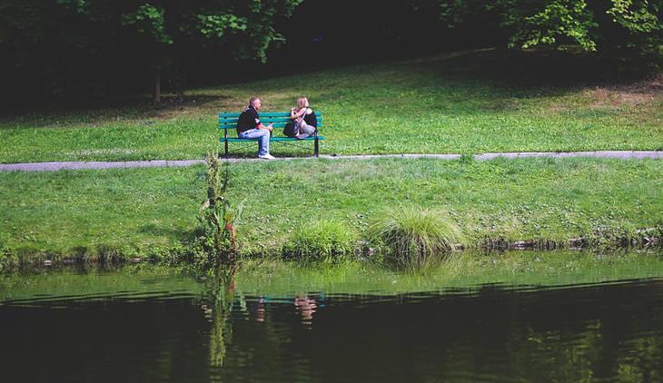 זוג אנשים יושבים על ספסל ומדברים