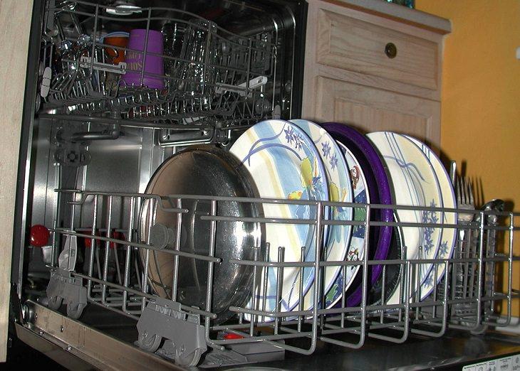מדיח כלים פתוח עם כלים בתוכו
