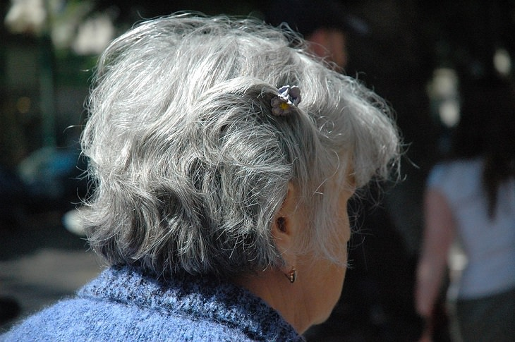 אישה מבוגרת עם שיער לבן