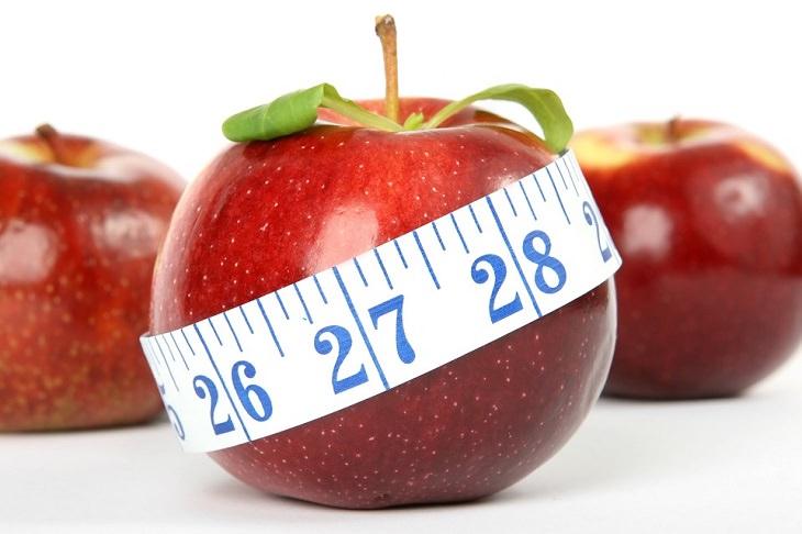 תפוח אדום עם סרט מדידה סביבו