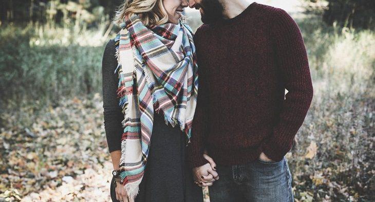 גבר ואישה מחזיקים ידיים ומצמידים את ראשם אחד אל השנייה