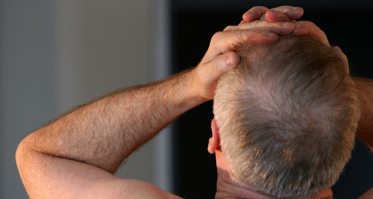 גבר שסובל מכאב ראש