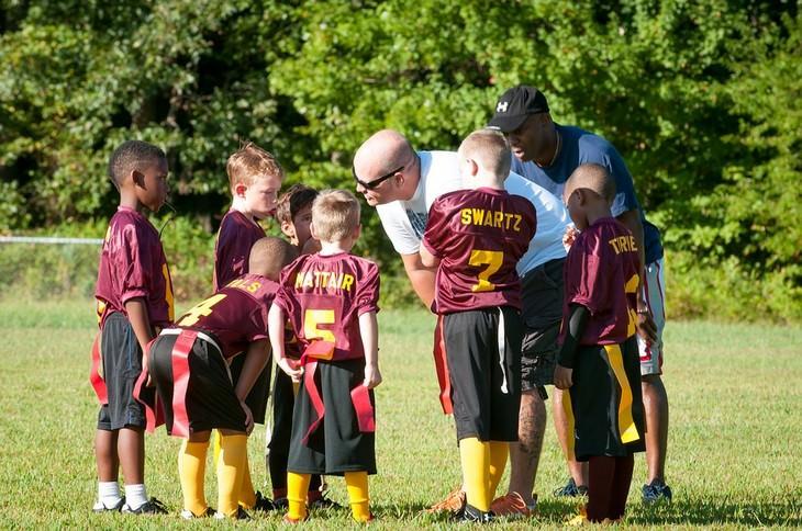 מאמן וקבוצת ילדים