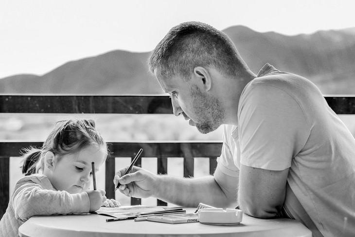 אבא עושה עם ביתו שיעורי בית