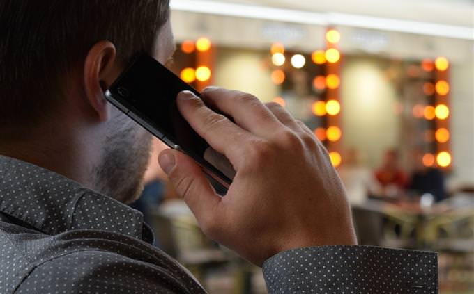 איש מדבר בסמארטפון