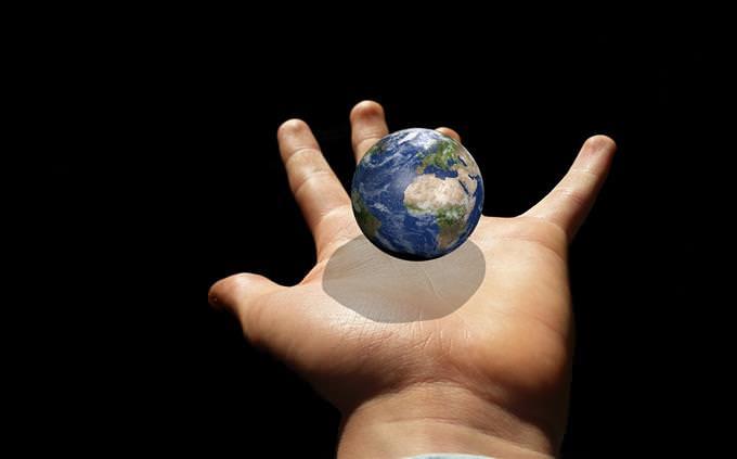 יד מחזיקה את כדור הארץ
