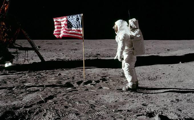 """באז אולדרין מול דגל ארה""""ב על הירח"""