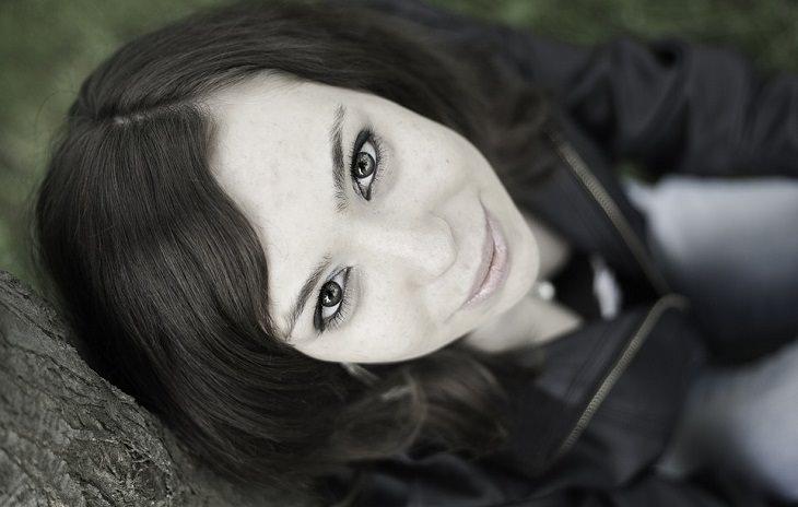 אישה בעלת מראה עור חיוור מחייכת