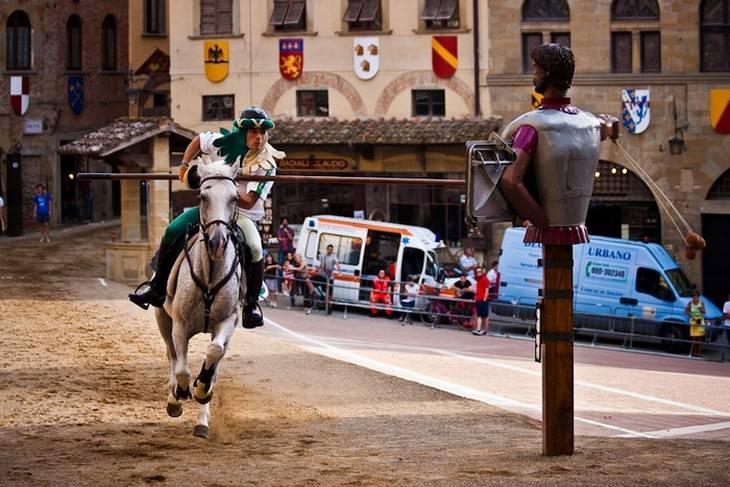 אביר דוהר על סוס עם רומח