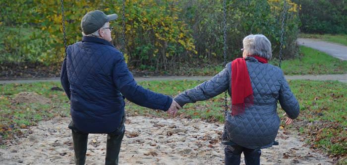 סימנים לאהבה - זוג מבוגר על נדנדות