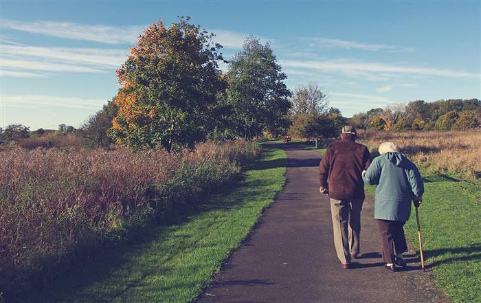 סימנים לאהבה - זוג מבוגר הולך יד ביד