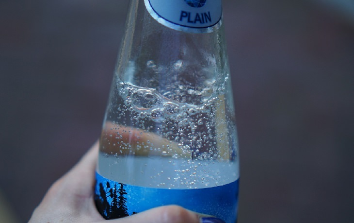 סודה לשתייה ומים מוגזים במטבח