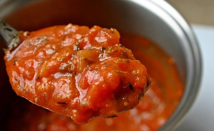 שימושים בסודה לשתייה בבישול:  סיר עם רוטב עגבניות