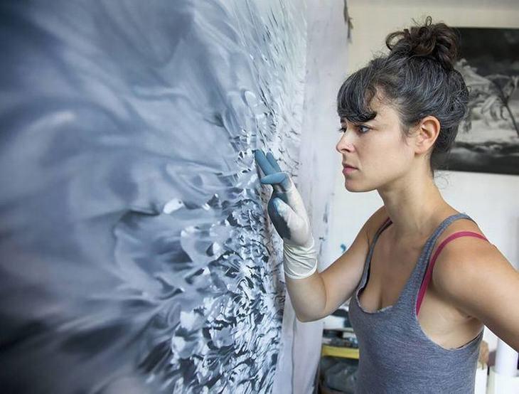 אמנית שמציירת עם האצבעות