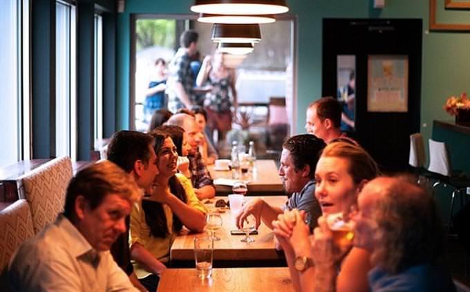 עד כמה אתם שולטים בשפה העברית: אנשים אוכלים במסעדה