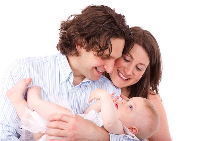 אמא ואבא מסתכלים באהבה על תינוקם