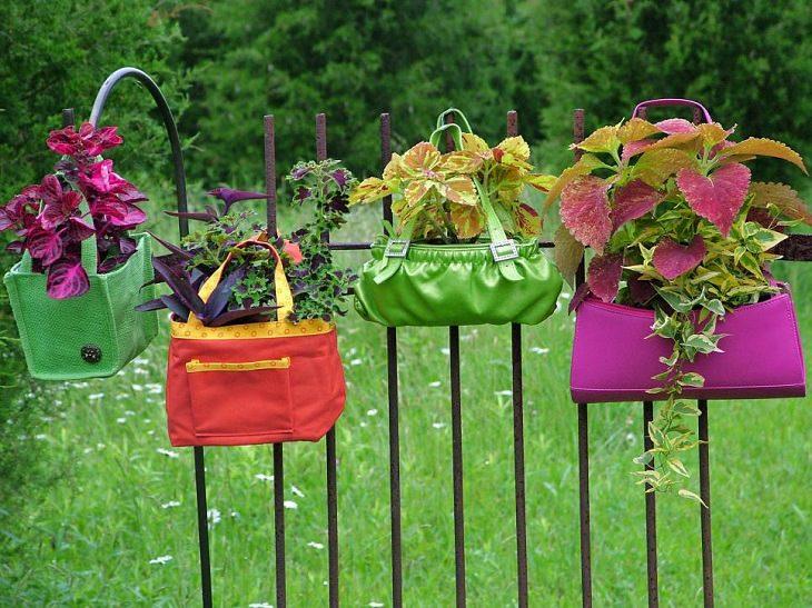 תיקי יד עם אדמה לשתילת צמחים שתלויים על הגדר