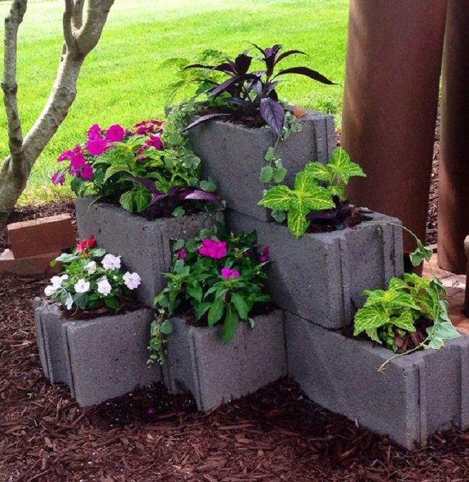 לבנים לבנייה עם אדמה וצמחים שתולים