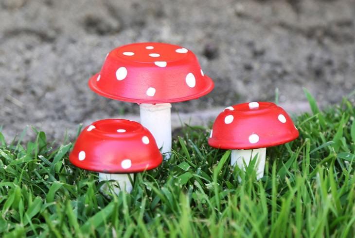 פסלוני פטריות זעירים מקערה ופקק שעם לקישוט הגינה