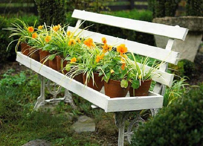 ספסל גינה עם מתקן להחזקת עציצים