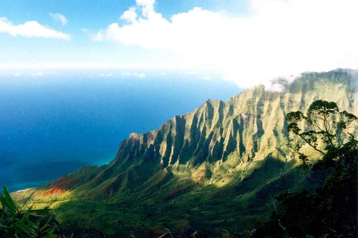 נוף לים שמשתקף מתוך נקודת תצפית גבוהה על הר