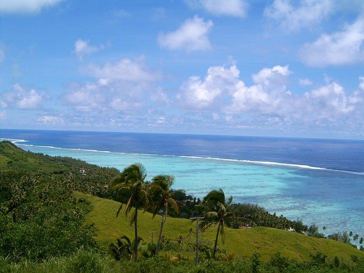 ים בצבע תכלת בהיר המשתקף מגבעה סמוכה