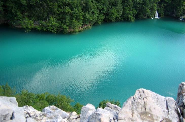 גופי מים צבעוניים