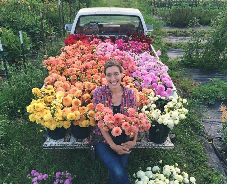 תמונה של ארין שעונה על משאית ובה מגוון זרי פרחים מוכנים להסעה