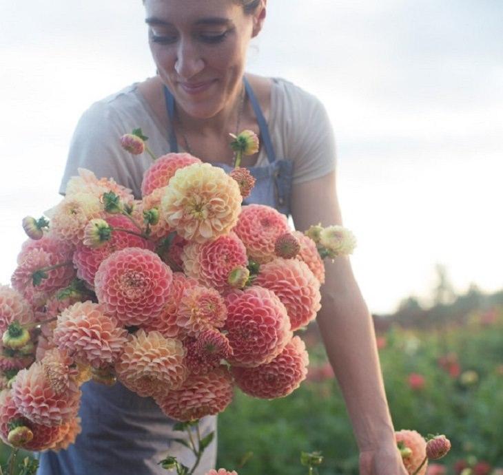 ארין בינזקין מחזיקה זר פרחים