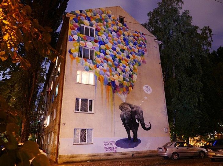 ציור קיר עם פיל ולידו בלונים מרחפים