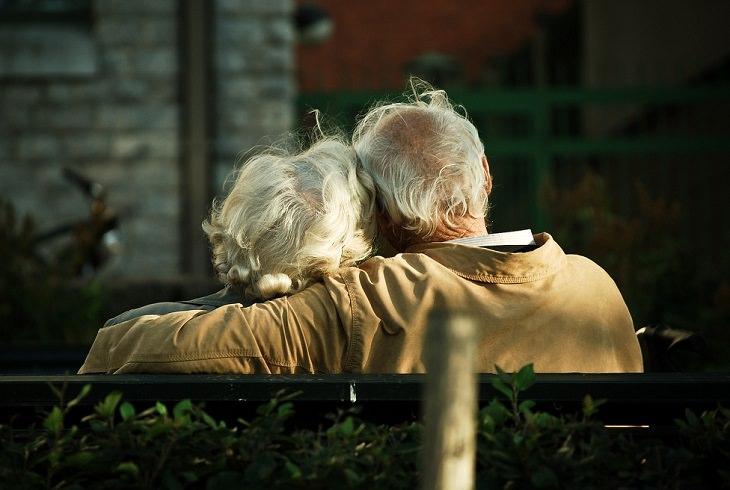 זוגות קשישים מבלים יחד