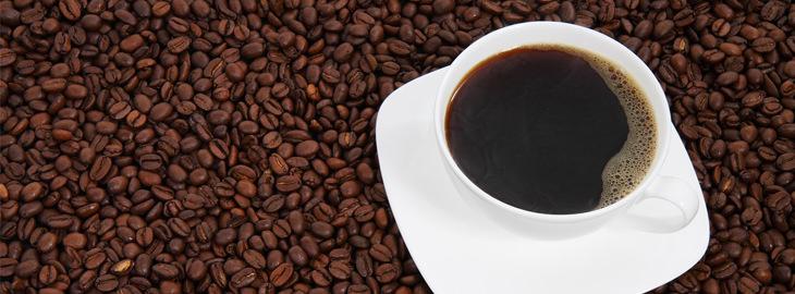 כוס קפה על פולי קפה