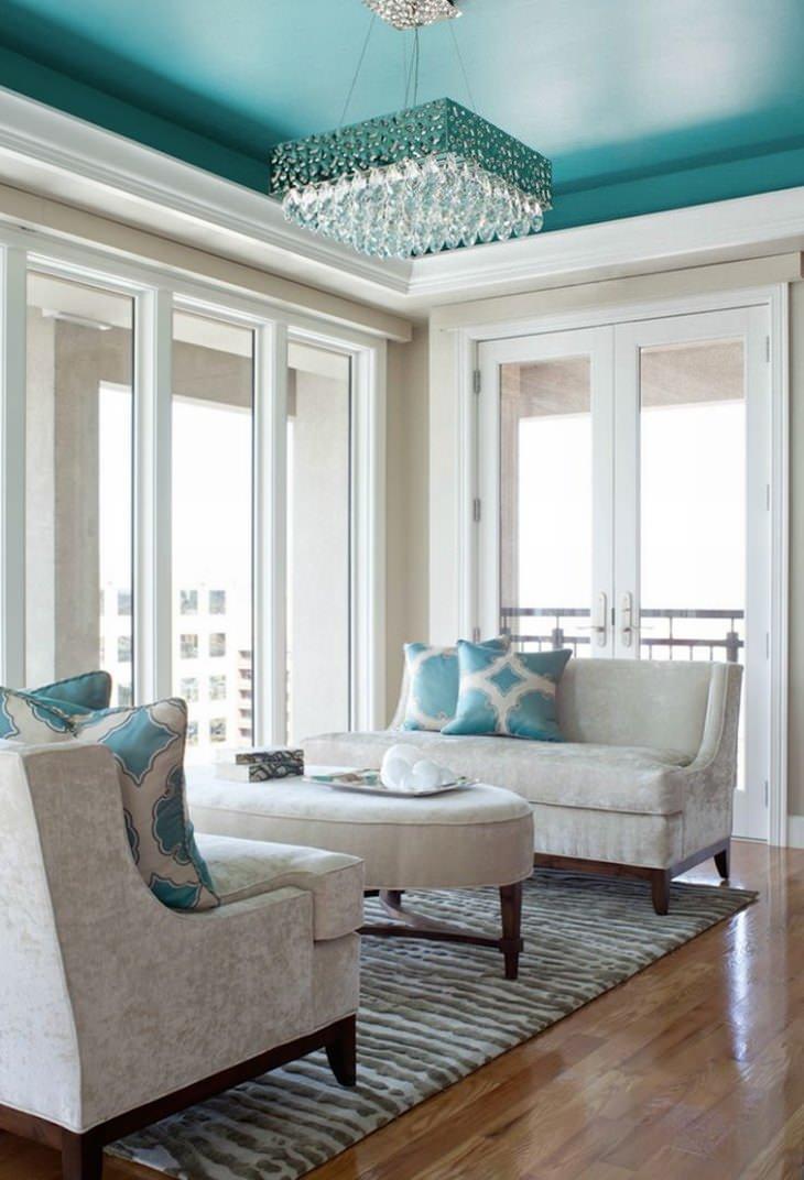 תקרה צבועה בחדר עם קירות לבנים