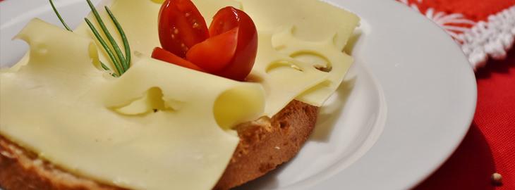 פרוסת לחם עם גבינה צהובה
